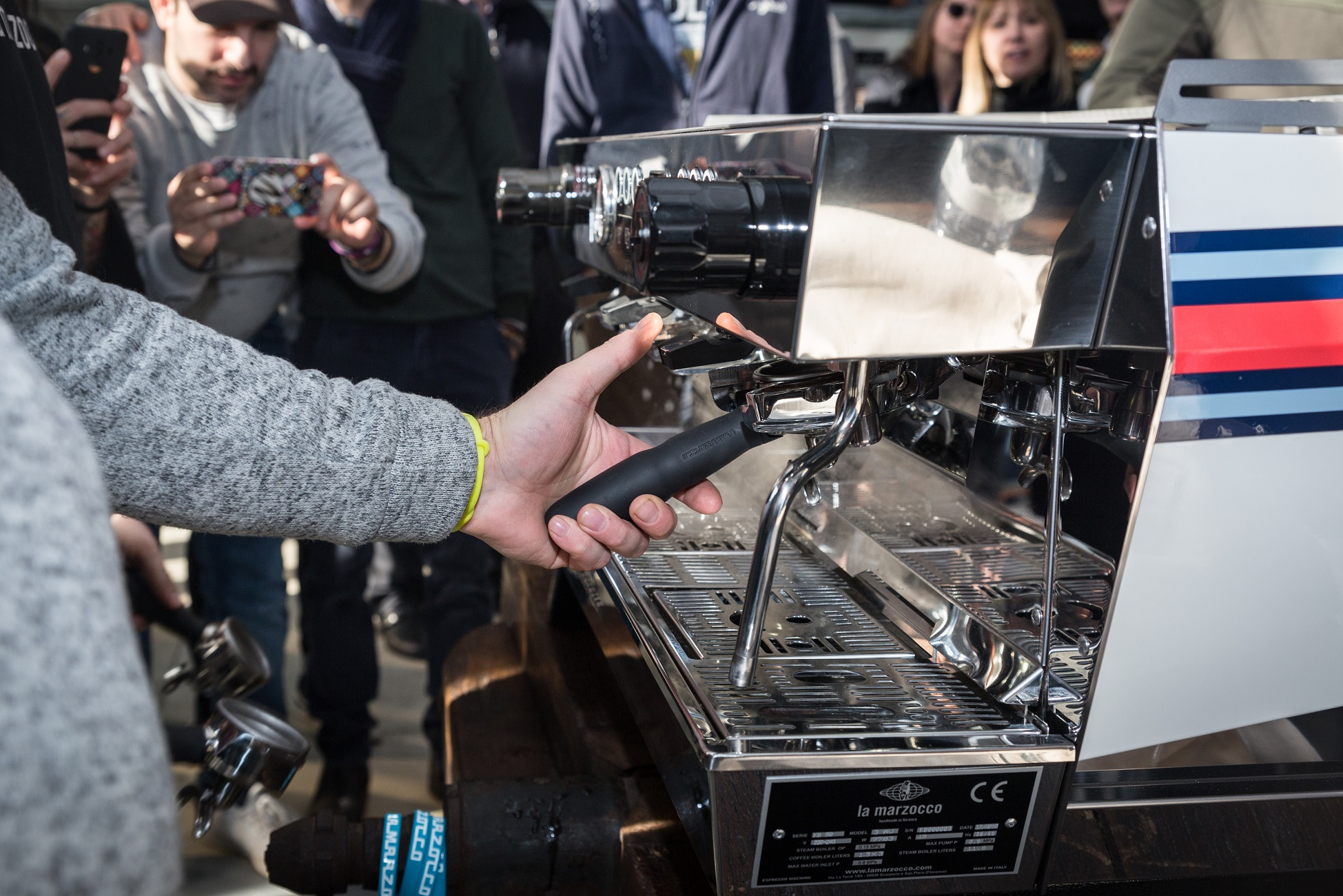 Un barista dimostra il funzionamento della KB90 evidenziandone l'ergonomia