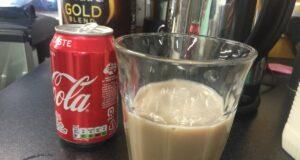 cappuccino frizzante Una foto della strana bevanda, fatta con il latte e la Coca-Cola, twittata dall'umorista James Felton