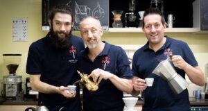 Gabriele Cortopassi (secondo da sinistra) e Simone Celli (terzo) Project Manager e Trainer di Espresso Academy