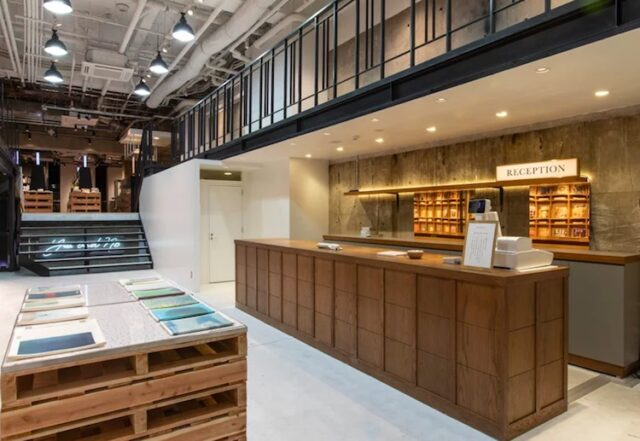 tokyo libreria caffè gratis Il banco della reception della libreria Bunkitsu di Tokyo