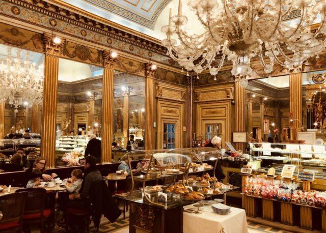 Gli eleganti interni del Caffè Mulassano a Torino