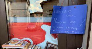 galliate cultura bookcrossing La vetrina del Caffè della Piazza di Galliate Lombardo che promuove il bookcrossing