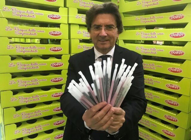 cannuccia plastic free Santi Finocchiaro, Presidente Dolfin Spa, mostra le-ecocannucce in mais delle Polaretti Magic Milk