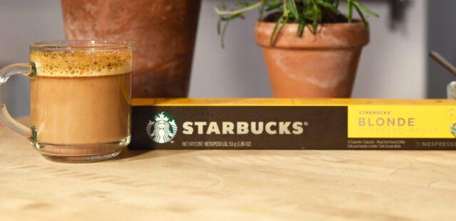 Starbucks by Nespresso Una bevanda a base espresso preparata utilizzando le capsule Starbucks Blonde Espresso Roast