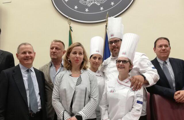 foto grillo formazione ristoratori Foto di gruppo alla fine della presentazione con il ministro della salute Giulia Grillo