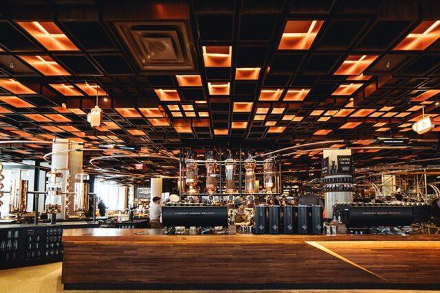 La Starbucks Reserve Roastery, con l'inconfondibile soffitto a cassettoni