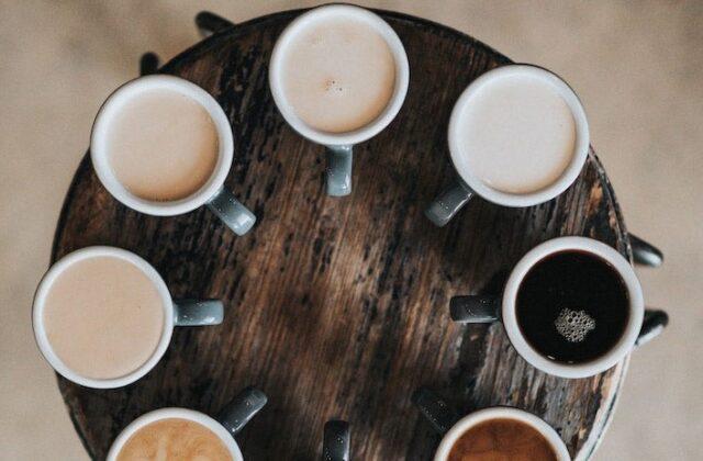tazze di caffè disposizione estetica Il marketing trasforma la degustazione del caffè in un'esperienza estetica polisensoriale