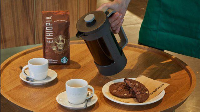 tracciare Starbucks foto interno di uno store di Milano