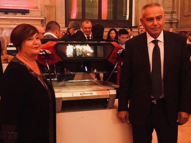 I titolari de La Spaziale Franca Cacciari (a sinistra) con il marito Maurizio Maccagnani davanti alla S50 durante la festa per il mezzo secolo di attività
