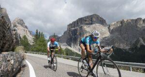Ciclisti sulle dolomiti bici caffè