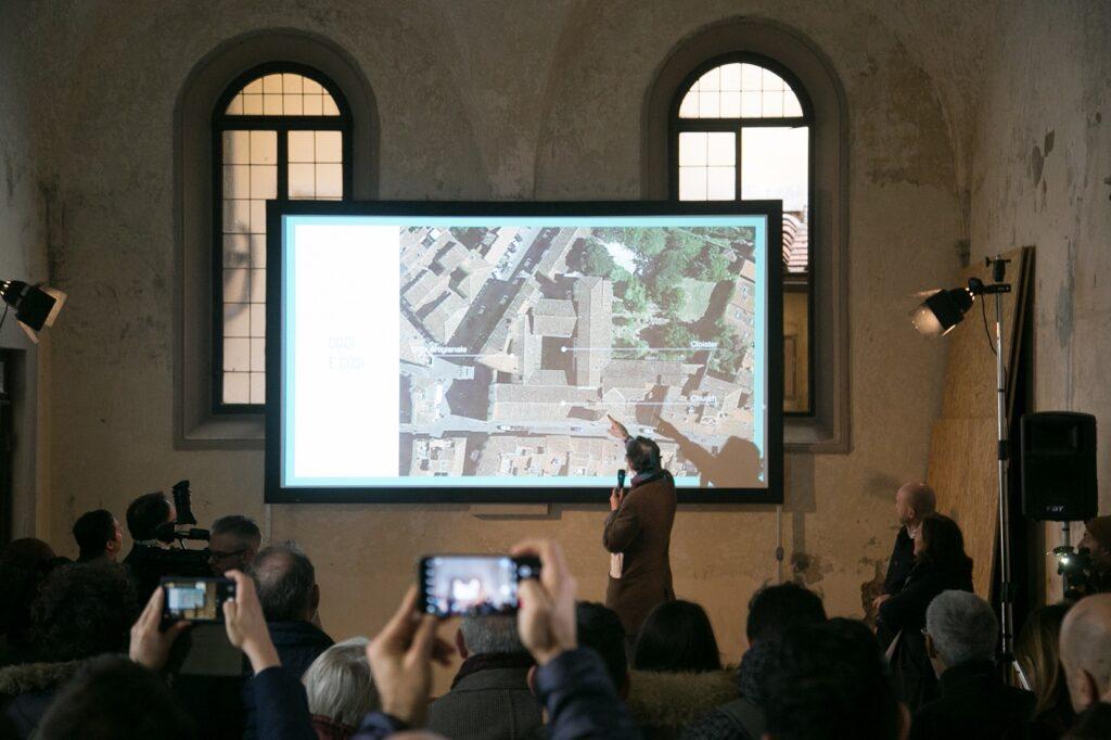 Patrick Hoffer patron di Caffè Corsini e Ditta Artigianale illustra con una foto aerea le varie fasi del progetto © Giulio Garosi