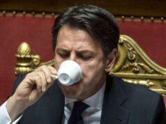Giuseppe Conte beve un espresso