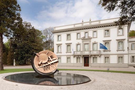 La sede del Massimo Zanetti Beverage Group a Villorba (Treviso). In primo piano l'opera di Arnaldo Pomodoro