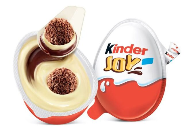 Ferrero imballaggi sostenibili Kinder Joy con il cucchiaiu di carta