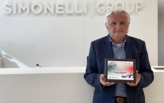 Il presidente Nando Ottavi con il premio di Legambiente