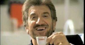 Gigi Proietti in una delle pubblicità per Caffè Kimbo