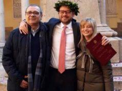 Roberto Bossi (Verwerkaf) il giorno della laurea del figlio Andrea con la moglie