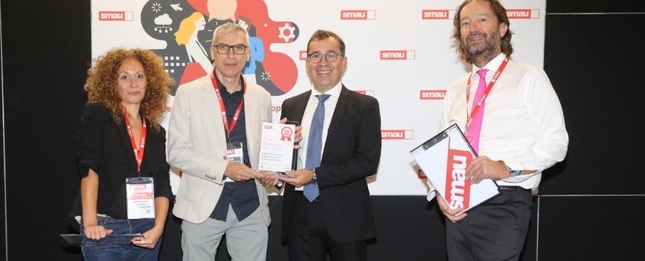 Al centro (con la giacca scura) Paolo Tursini, Chief Product & Technology Officer di Gruppo Cimbali che ritira il premio con Paolo Rognoni (in giacca chiara) dell'Innovation Department, che ha seguito lo sviluppo del progetto